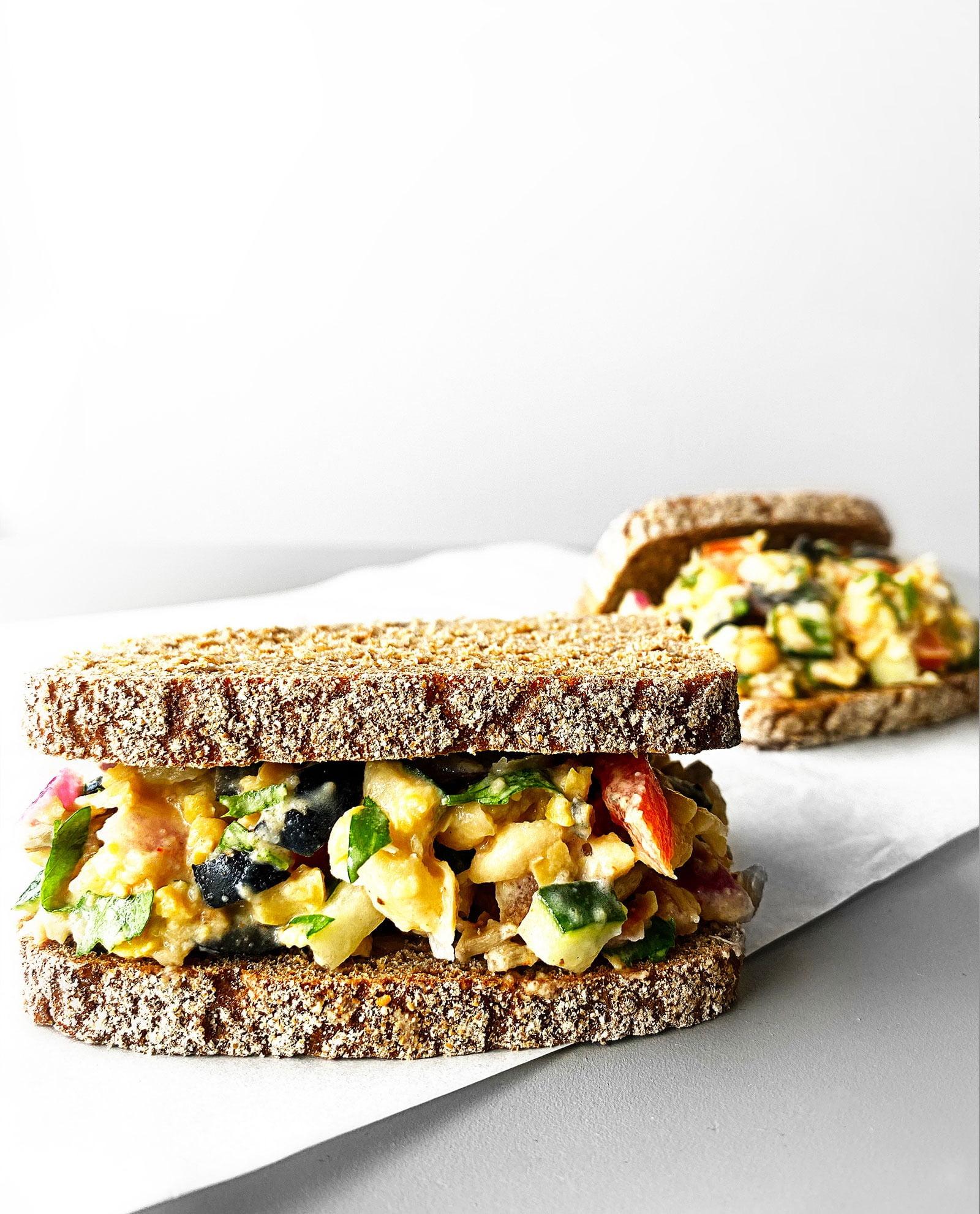 mediterranean-inspired-mashed-chickpea-salad-sandwich